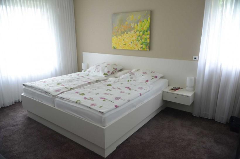 Weiss lackiertes Bett